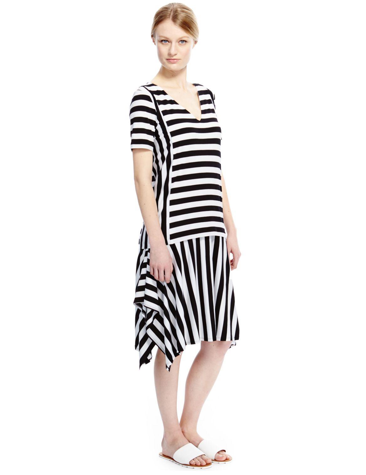 Wijd uitlopende asymmetrische jurk