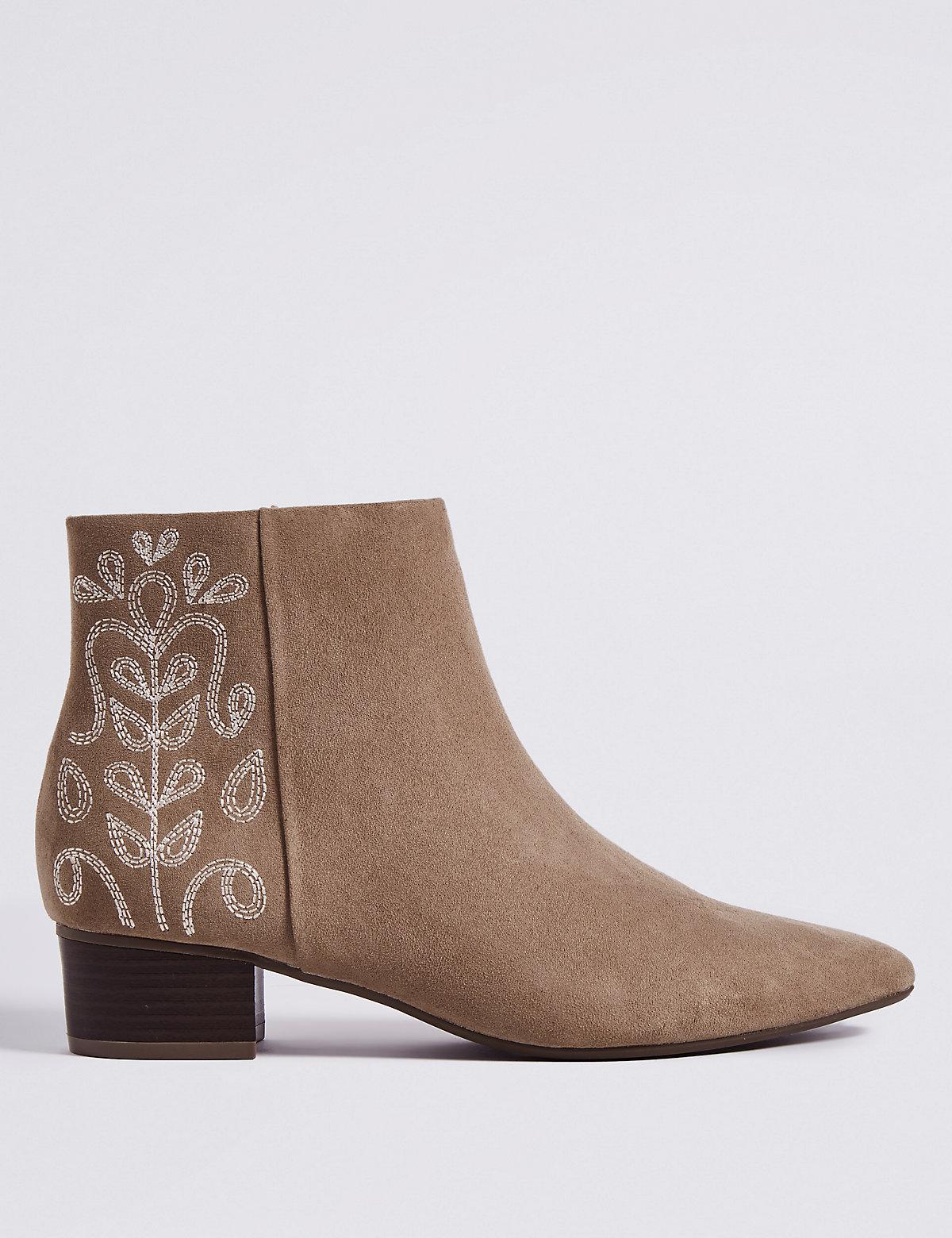 Ботинки на блочном каблуке украшены вышивкой