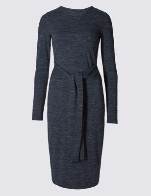 Прямое платье в космическую полоску с декоративным поясом