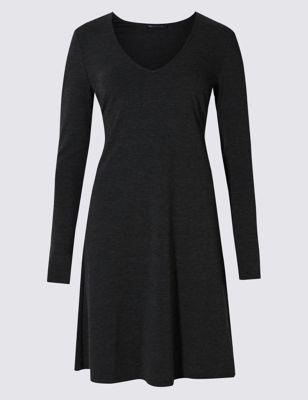 Приталенное и расклешённое трикотажное платье