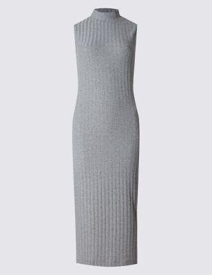 Слегка приталенное платье-миди без рукавов с высокой горловиной