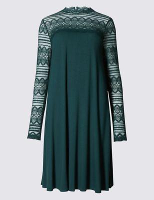 Расклешённое платье с длинными кружевными рукавами