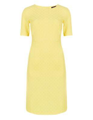 Прямое платье с коротким рукавом и жаккардовым плетением от Marks & Spencer