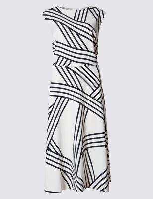 Прямое платье в вариативную полоску