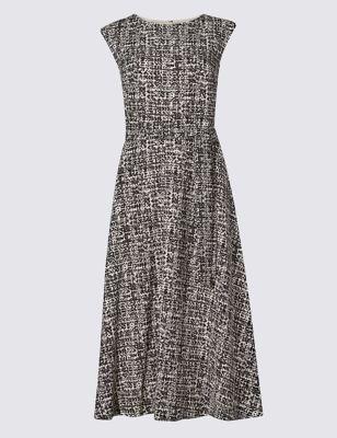 Приталенное расклешённое платье без рукавов с поясом