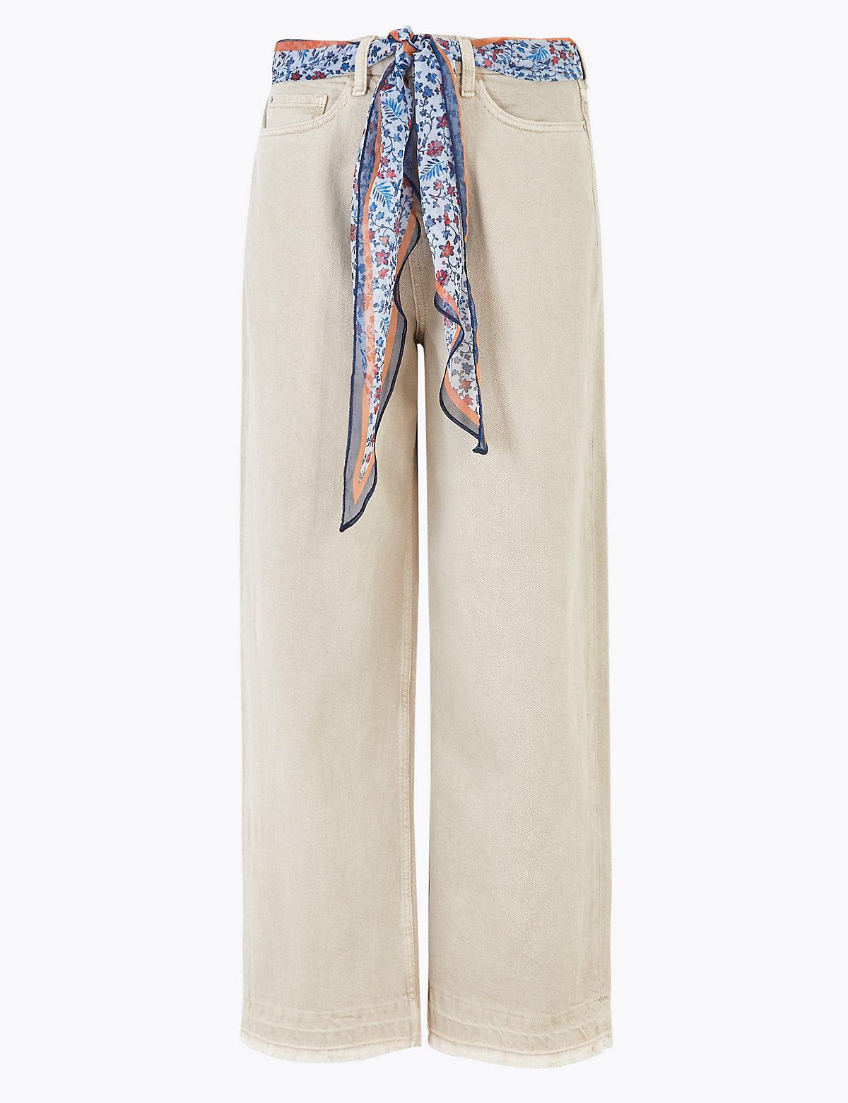 Джинсы с широкими штанинами и шарфом вместо пояса