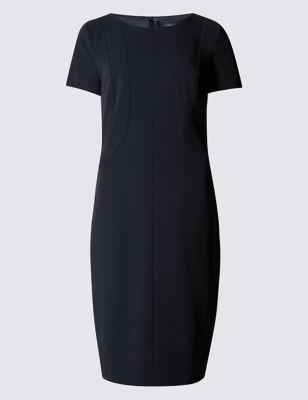 Прямое слегка приталенное платье с фигурными вставками