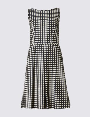 Приталенное расклешённое платье без рукавов в контрастную клетку