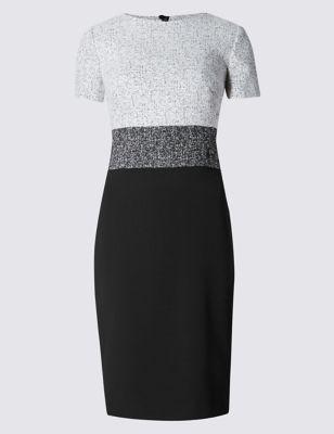 Слегка приталенное прямое платье с блочным дизайном