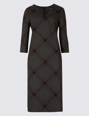 Прямое трикотажное платье в клетку с V-горловиной M&S Collection T599060D