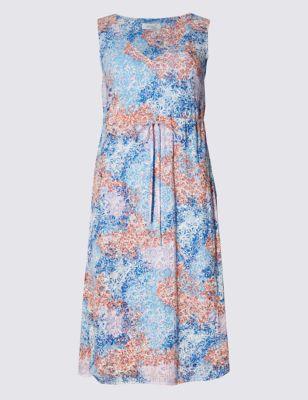 Приталенное расклешённое платье без рукавов на подкладке