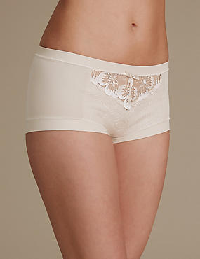Hoch geschnittene Shorts mit aufgesticktem Blumendetail, MANDEL, catlanding