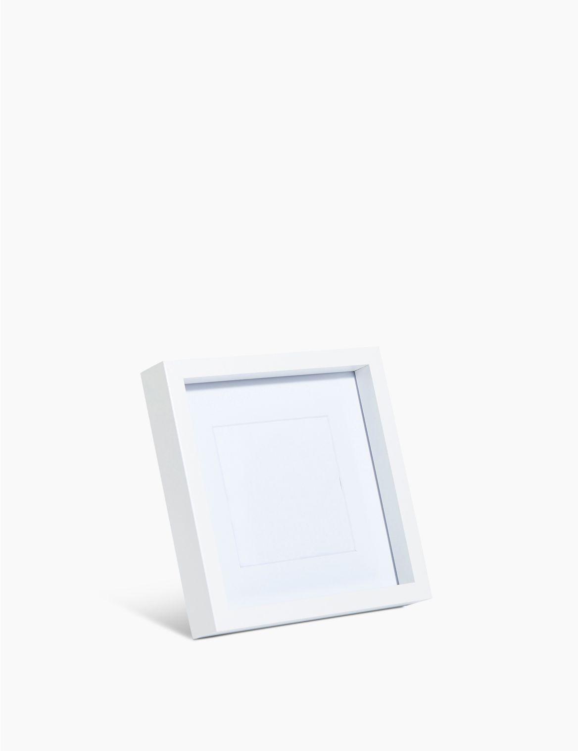 Cadre photo 10 x 10cm. DimensionsHauteur:17 cm;Largeur:17 cm;Profondeur:2.9 cm;Poids:0.33 kg;Fiche produitImage avec cadre: 10 x 10&