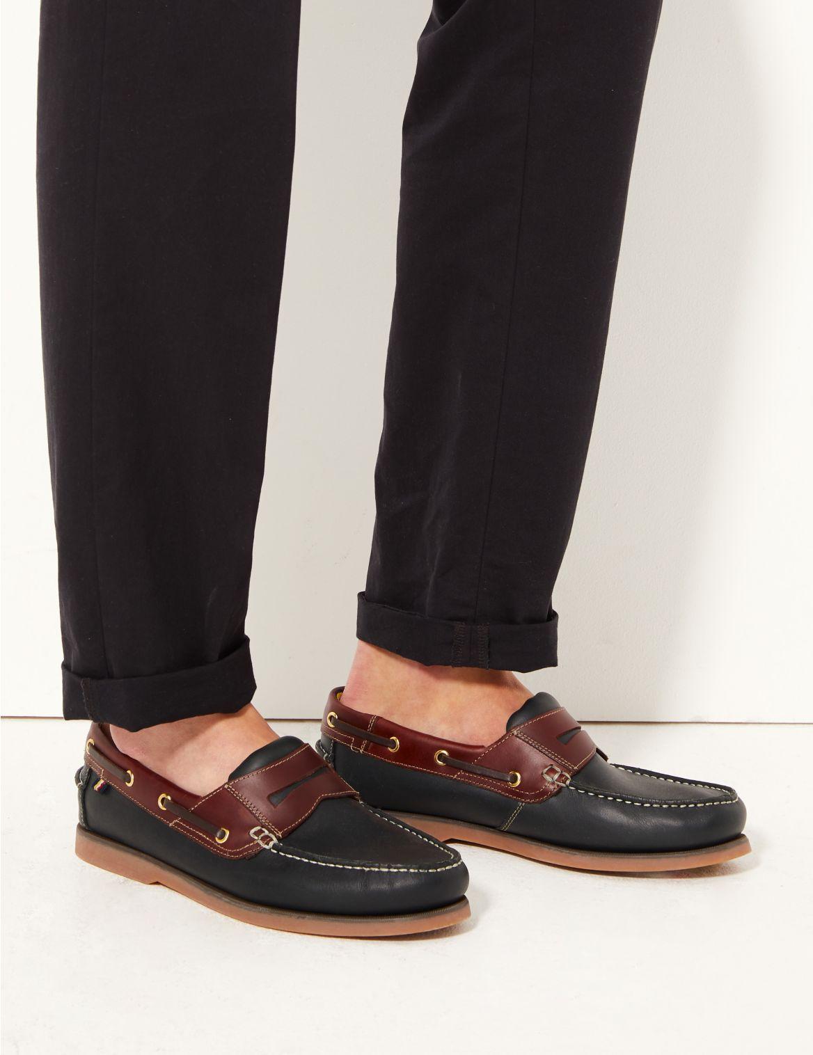 Chaussures bateau en cuir sans lacets. Chaussures bateau en cuir sans lacets