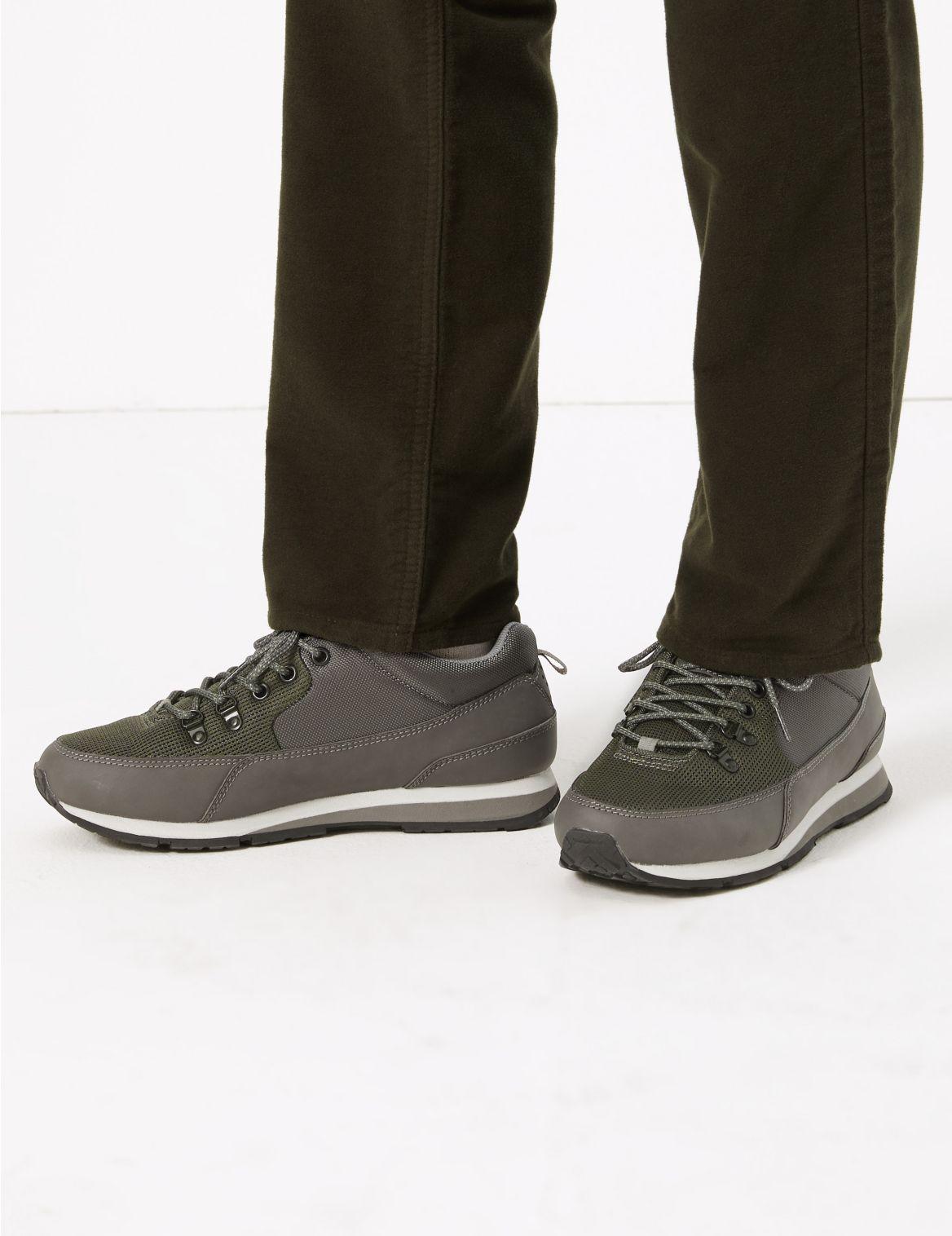 Chaussures de marche style sport. Chaussures de marche style sport