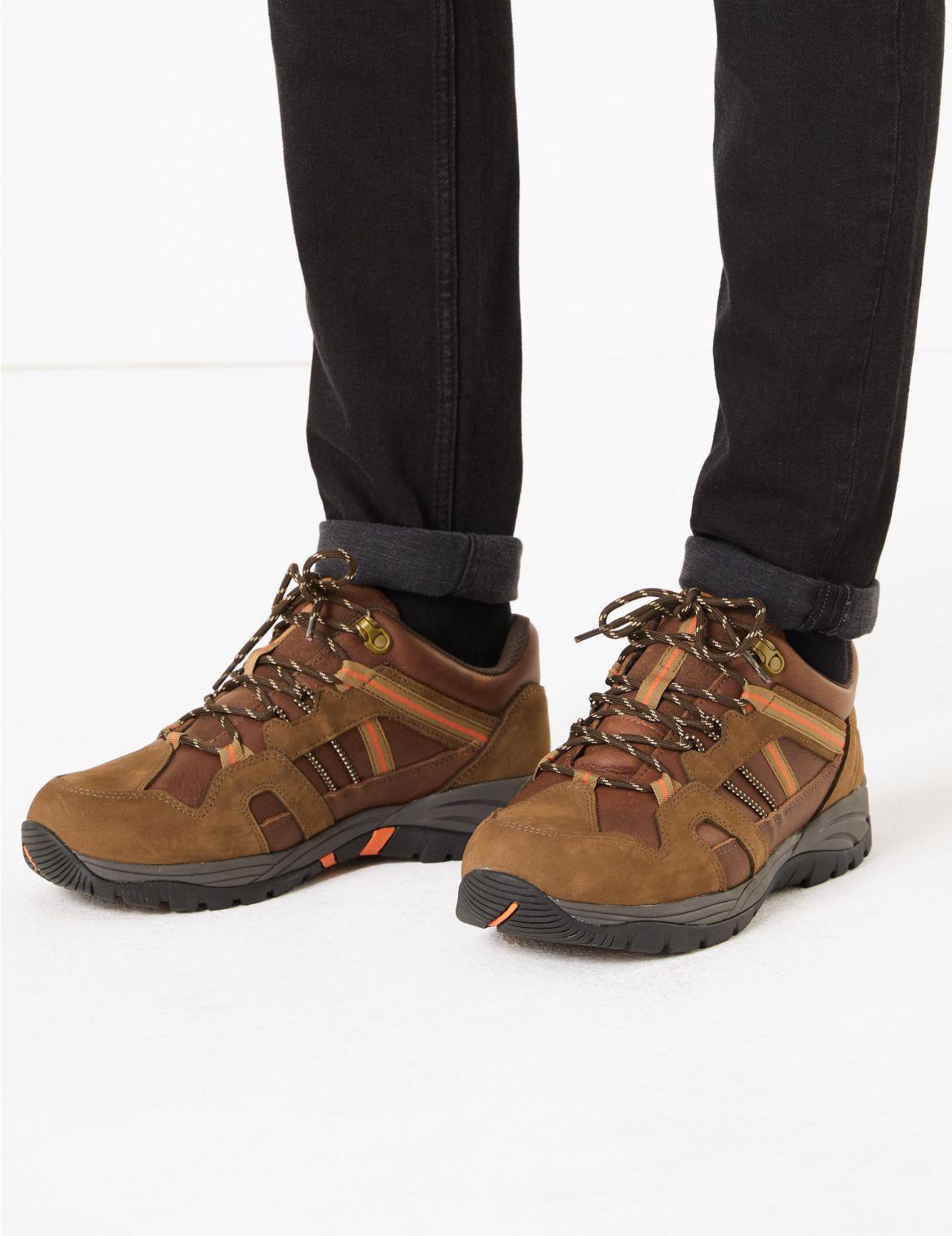 Chaussures de marche imperm??ables en cuir. Chaussures de marche imperm??ables en cuir