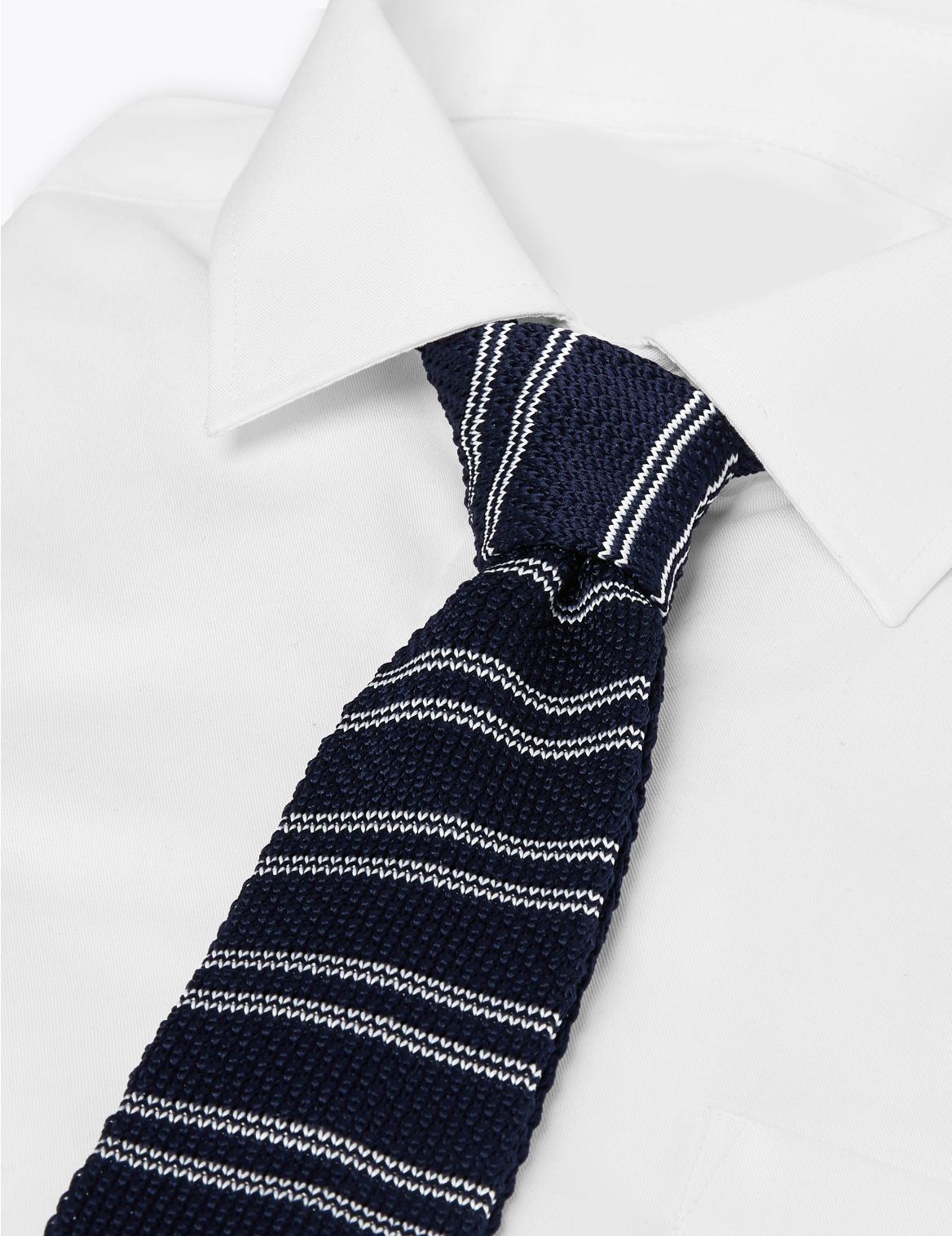 Cravate fine en maille Ă bout carrĂŠ et rayures